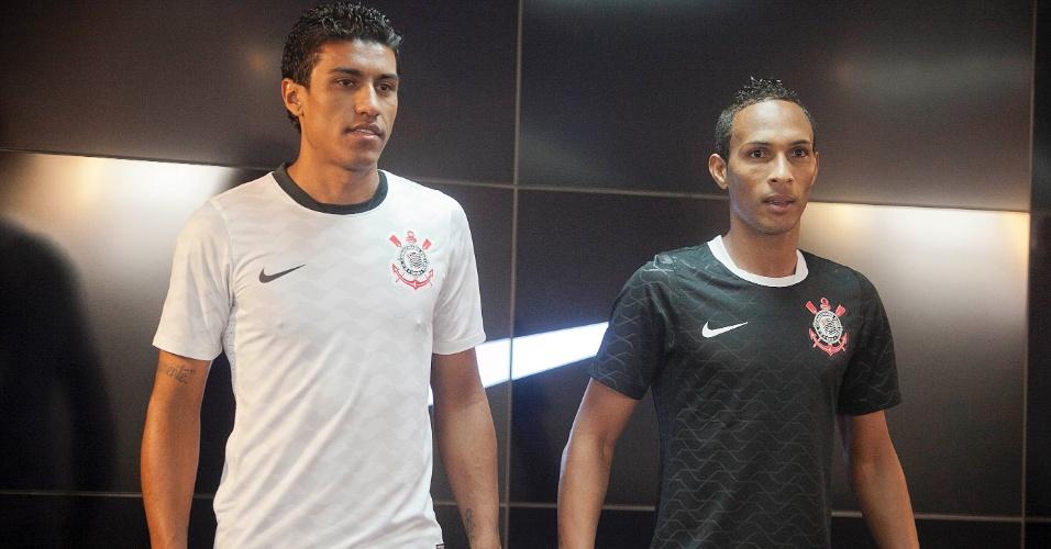 Paulinho (esq) e Liedson apresentam novos uniformes do Corinthians