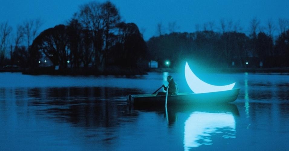 Segundo o artista, a lua ficava escondida em um túnel e tinha medo dos passantes. O homem a coloca em um barco e tenta levá-la ao seu lugar de origem, mas não consegue
