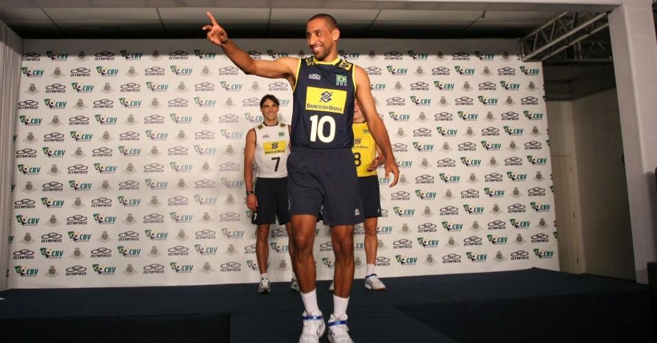 Serginho acena na apresentação dos novos uniformes da seleção brasileira de vôlei