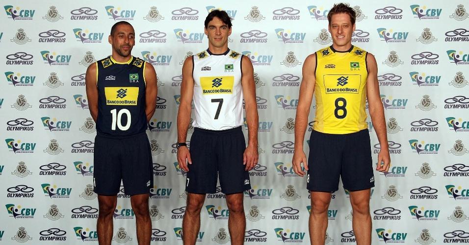 Serginho, Giba e Murilo posam com os novos uniformes de jogo da seleção masculina de vôlei