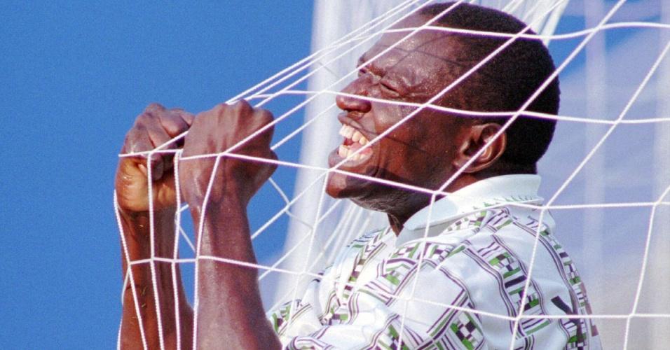 Rashid Yekini comemora o primeiro gol nigeriano em Copas, em 1994, contra a Bulgária; o ex-atacante da seleção da Nigéria faleceu aos 48 anos de idade no dia 04/05/2012