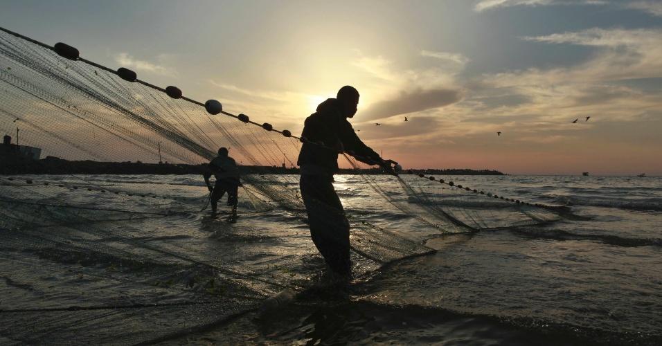 05.mai.2012 - Pescadores palestinos recolhem suas redes na Cidade de Gaza