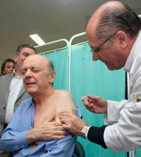 5.mai.2012 - O governador Geraldo Alckmin e o candidato à Prefeitura de São Paulo José Serra participam da campanha de vacinação contra a gripe no CRI ( Centro de Referência do Idoso), na Zona Norte de São Paulo (SP)