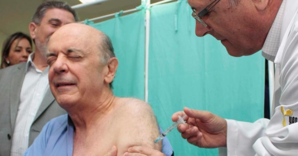 5.mai.2012 - O governador Geraldo Alckmin e o candidato à Prefeitura de São Paulo José Serra participam da campanha de vacinação contra a gripe no CRI ( Centro de Referência do Idoso), na Zona Norte de São Paulo (SP)