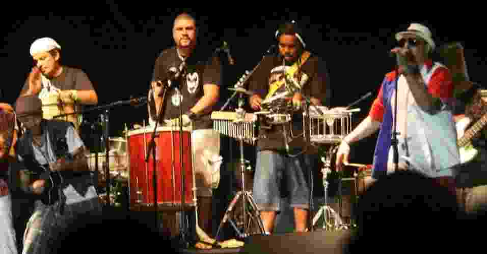 A banda Rio Samba 'n' Roll anima os fãs no palco Arpoador durante apresentação no Viradão Carioca (5/5/2012). A banda abriu a programação do sábado depois de trocar de horário com o grupo de percussão Mulheres de Chico - Zulmair Rocha/UOL