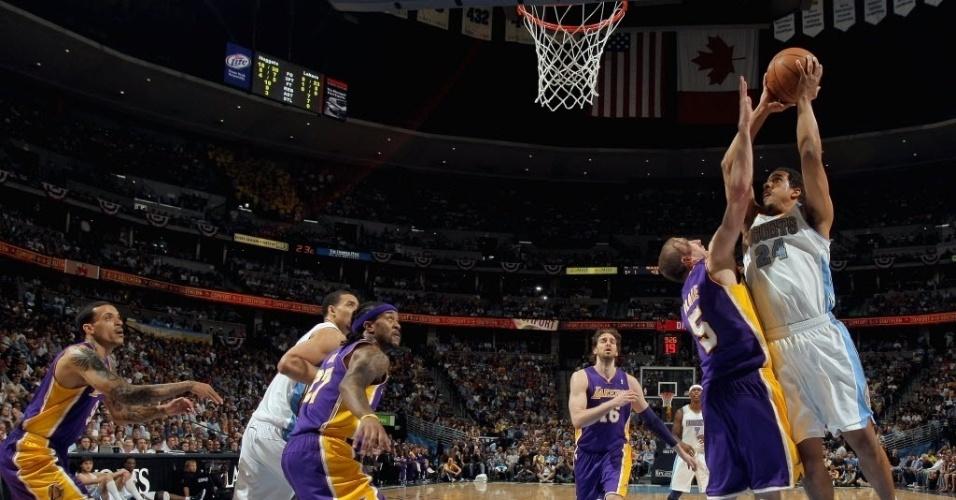 Andre Miller tenta o arremesso marcado por jogador dos Lakers na vitória do Denver