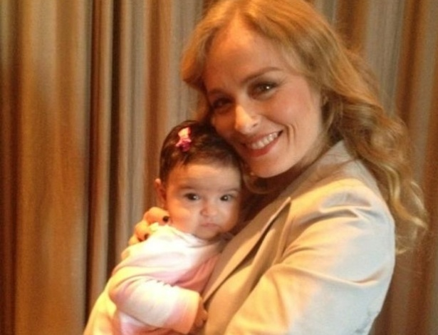 Angélica posta no Twitter foto com bebê no colo (5/5/12)