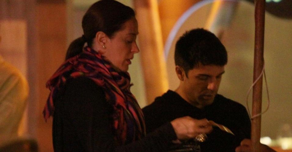 Claudia Raia sai para jantar com o namorado, o ator Jarbas Homem de Mello no Leblon (4/5/12)