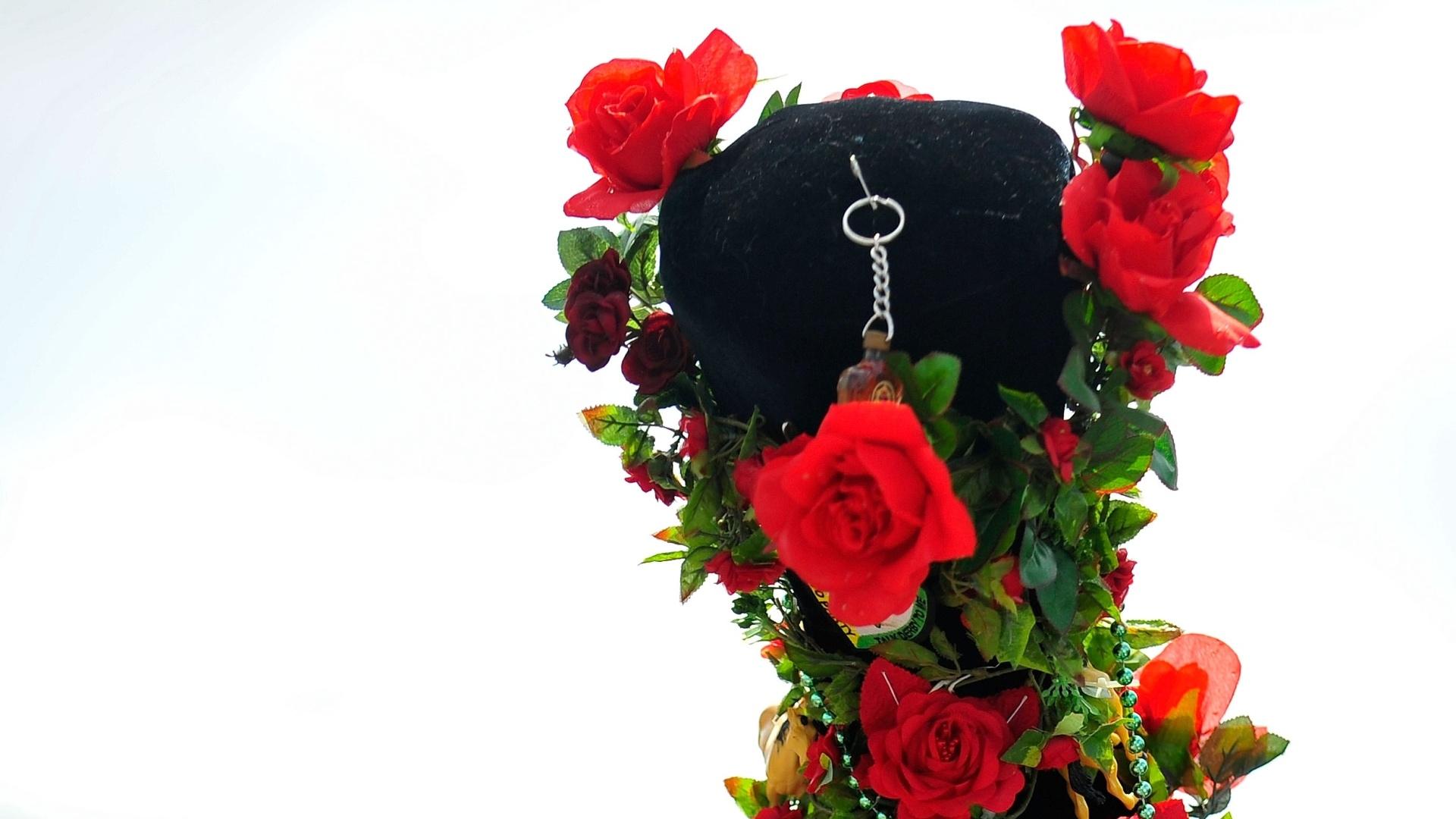 Homem utiliza chapéu de roseira no Derby de Kentucky