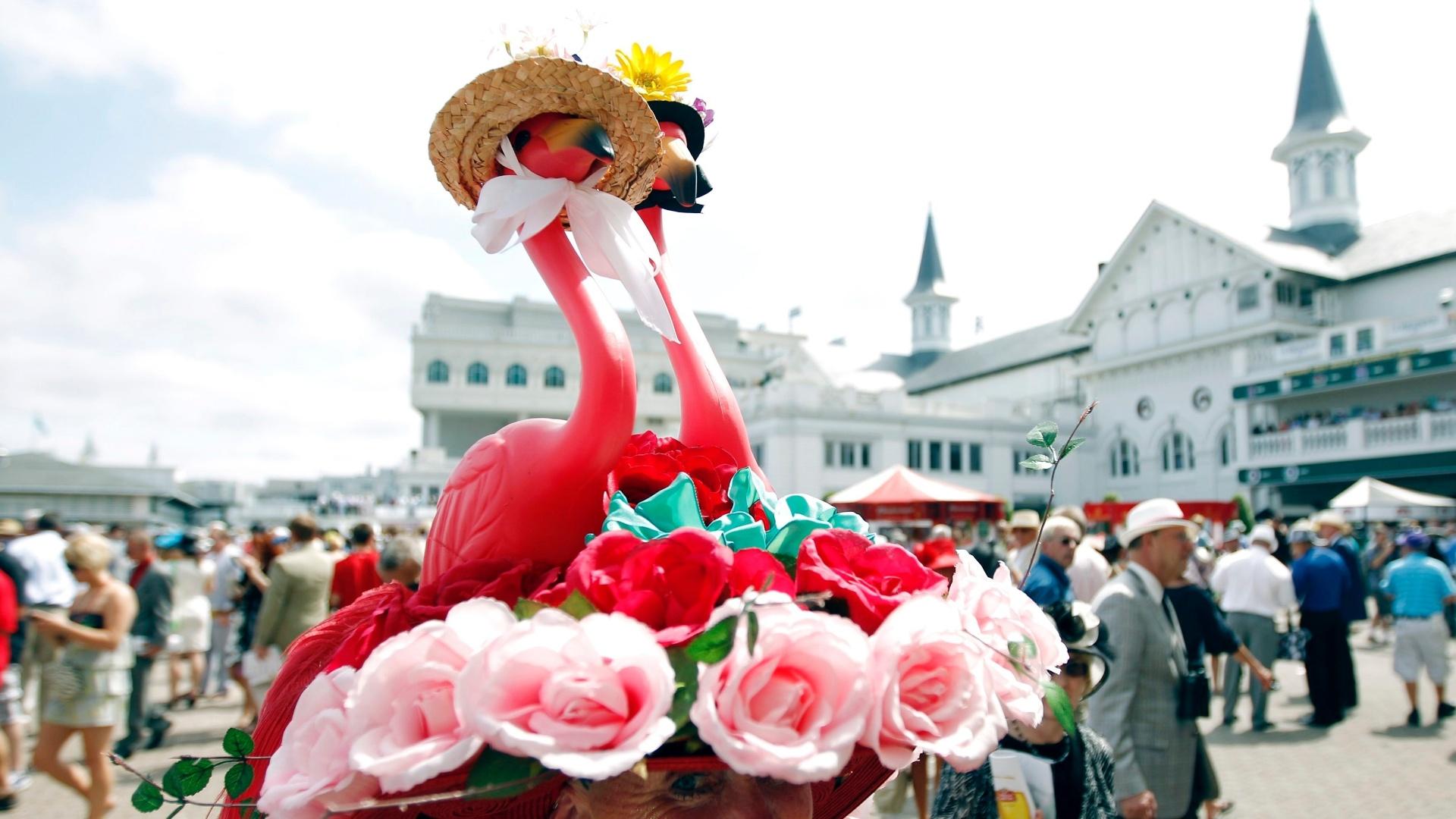 Mulher com chapéu de flamingo durante o Derby de Kentucky