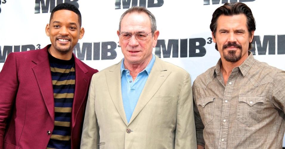 """Os atores do filme """"Homens de Preto 3"""" participam de sessão de fotos para a imprensa (da esq para dir): Will Smith, Tommy Lee Jones e Josh Brolin"""