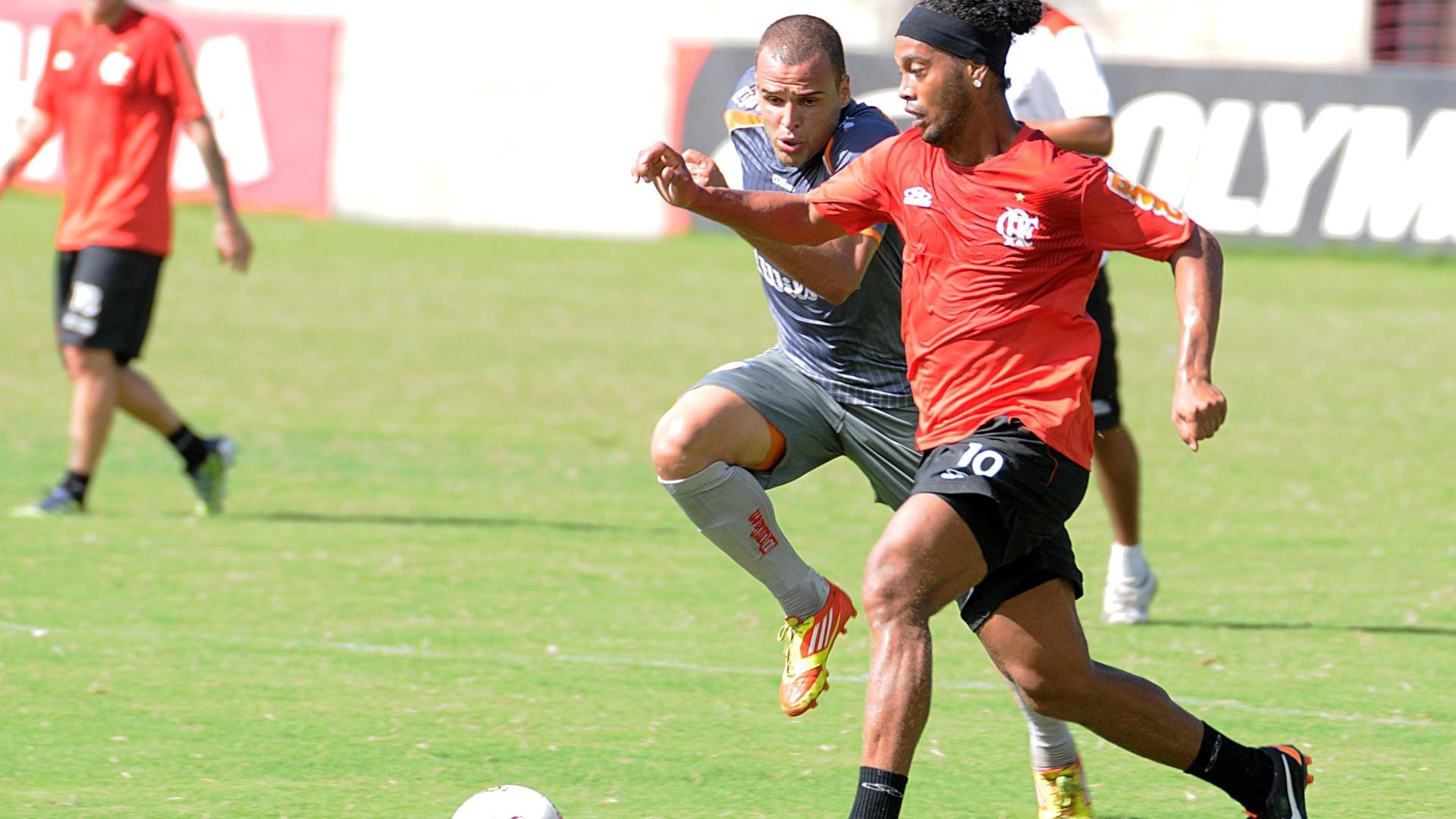 Ronaldinho carrega a bola em jogo-treino do Flamengo contra o Duque de Caxias (05/05/2012)
