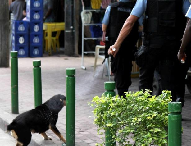 Policial militar usa spray de pimenta contra cachorro na favela da Rocinha, no Rio