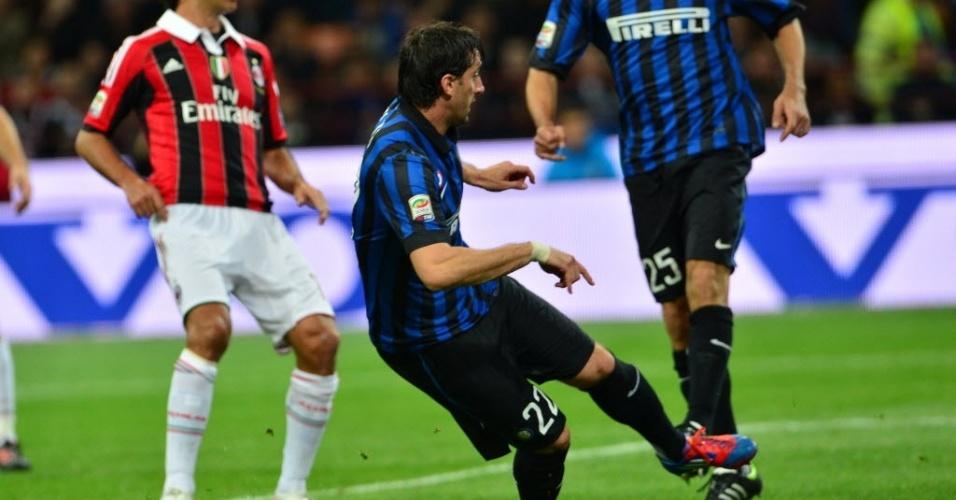 Argentino Diego Milito recebe sozinho dentro da área e chuta para marcar para a Inter