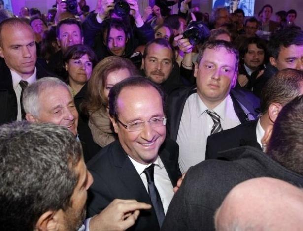 Candidato do Partido Socialista e presidente eleito, François Hollande, é felicitado por partidários ao chegar à praça da Bastilha em Paris, para fazer um discurso. Hollande derrotou o atual presidente da França, Nicolar Sarkozy, neste domingo