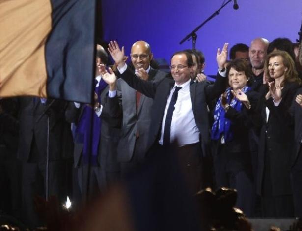"""Candidato socialista e presidente eleito da França, François Hollande, celebra com partidários sua vitória na praça da Bastilha, em Paris. Durante discurso, ele afirmou que sua vitória marca o início de """"um movimento que se ergue em toda a Europa"""". O socialista derrotou o atual presidente Nicolas Sarkozy neste domingo"""