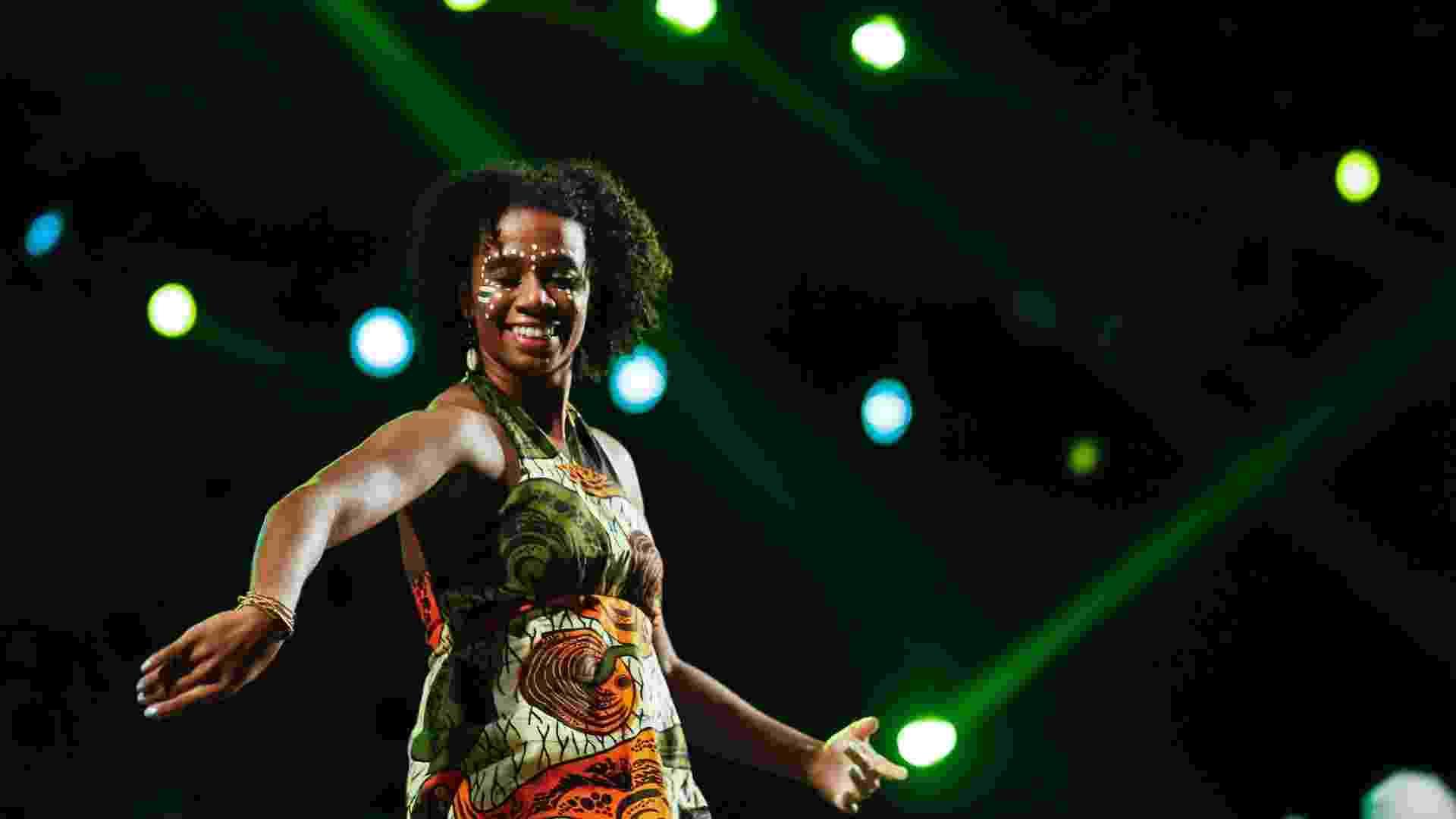 Dançarina se apresenta junto do baterista Tony Allen, um dos cofundadores do afrobeat, durante a Virada Cultural (6/5/12) - Leandro Moraes/UOL