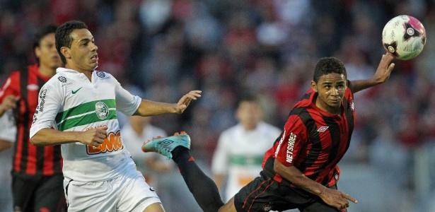 Deivid, do Atletico-PR, disputa lance com Roberto, do Coritiba, no primeiro Atle-Tiba das finais