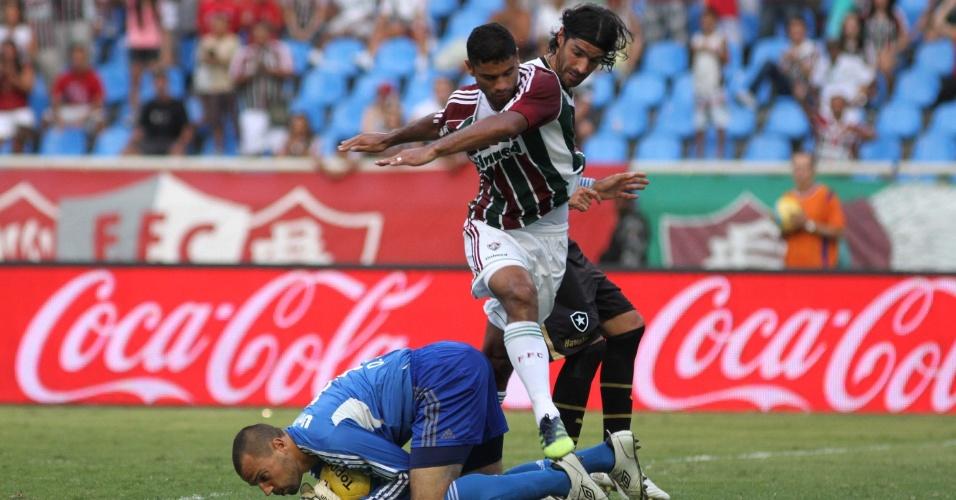 Diego Cavalieri, do Fluminense, sai do gol e evita que a bola chegue a Loco Abreu, do Botafogo