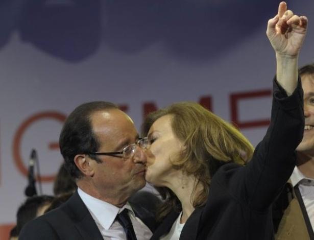 François Hollande, presidente eleito da França, recebe beijo de sua companheira, Valerie Trierweiler, durante comemorações de sua vitória na praça da Bastilha, em Paris. Hollande derrotou o atual presidente Nicolas Sarkozy neste domingo