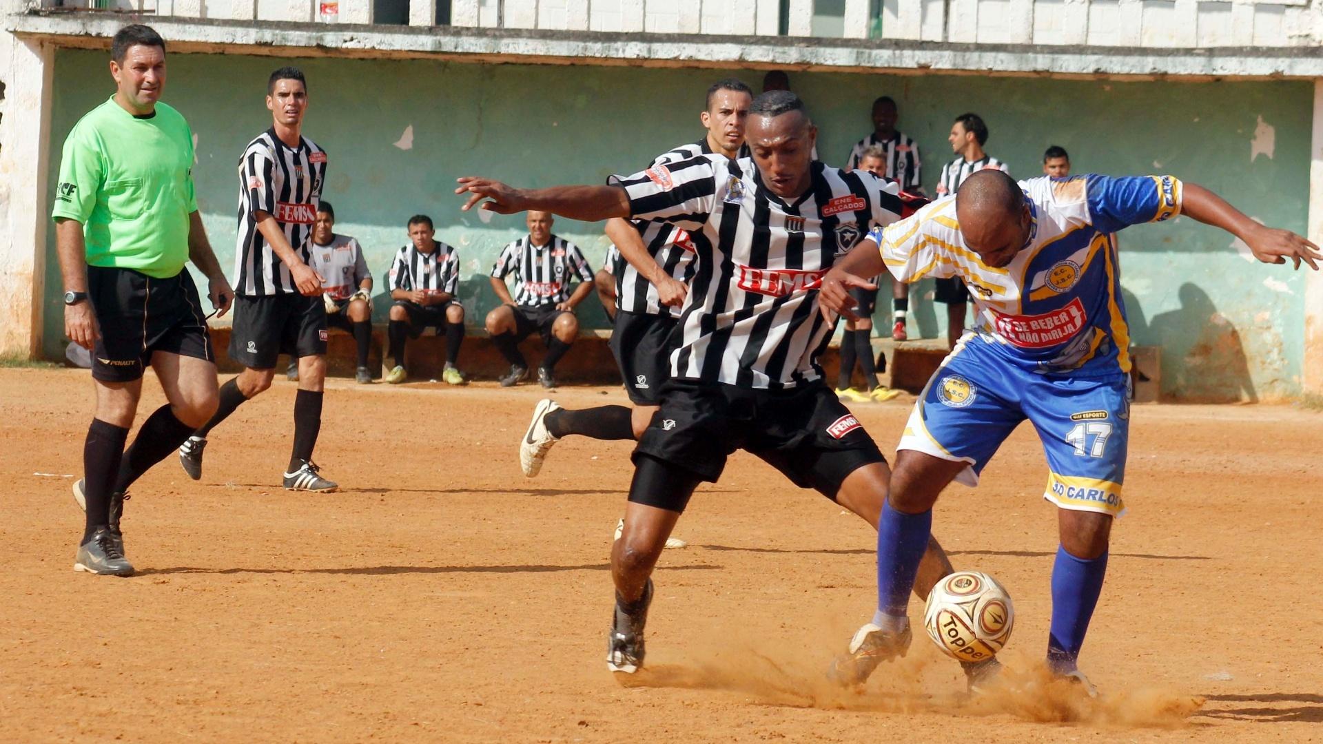 Jardim São Carlos (branco e azul) e Botafogo (branco e preto) ficaram no empate sem gols