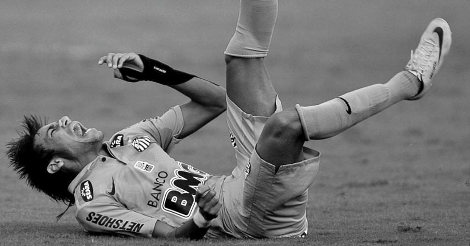 Neymar vai ao chão e se queixa de dor