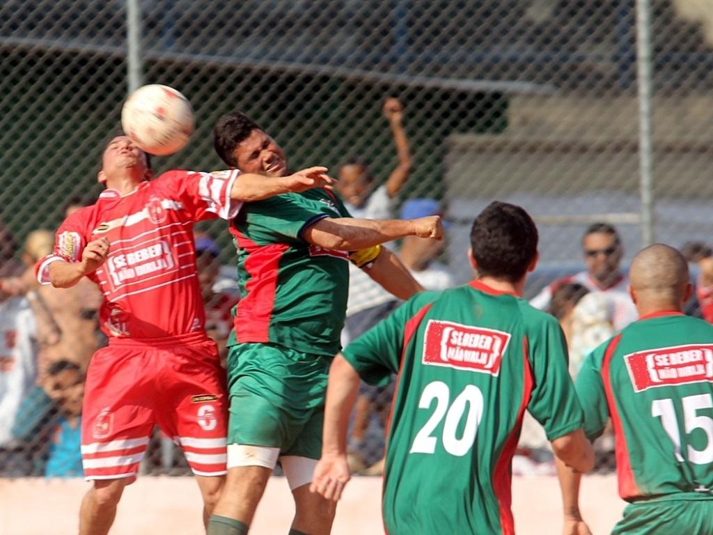 No campo do São José, o Associação Iguape (verde) venceu o Comercial (vermelho) por 2 a 0