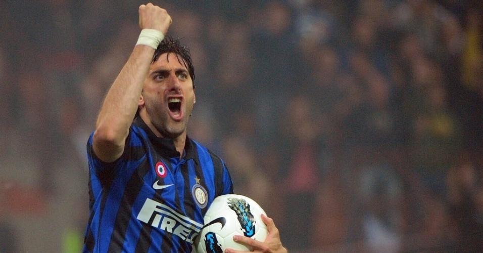 O argentino Diego Milito fez três gols no maior rival e tirou o título do Milan
