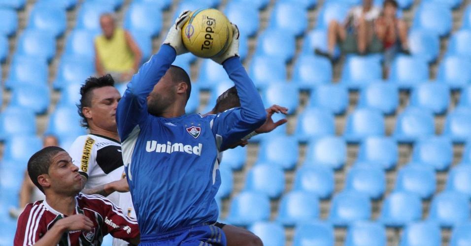 O goleiro Diego Cavalieri, do Fluminense, sai do gol e fica com a bola durante jogo contra o Botafogo