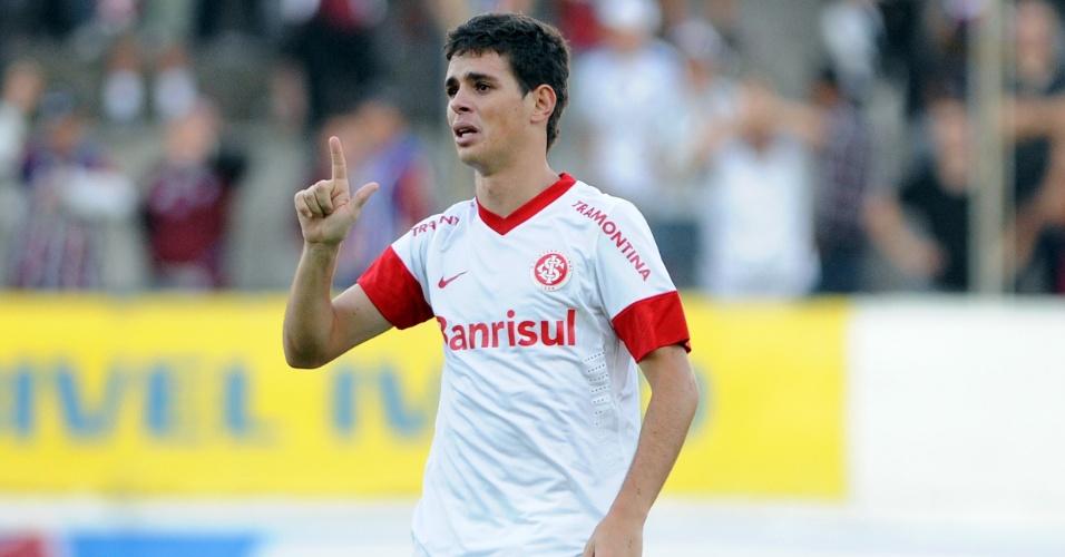 Oscar corre chorando após marcar o gol do Inter em cima do Caxias, pelo Gauchão (06/05/12)