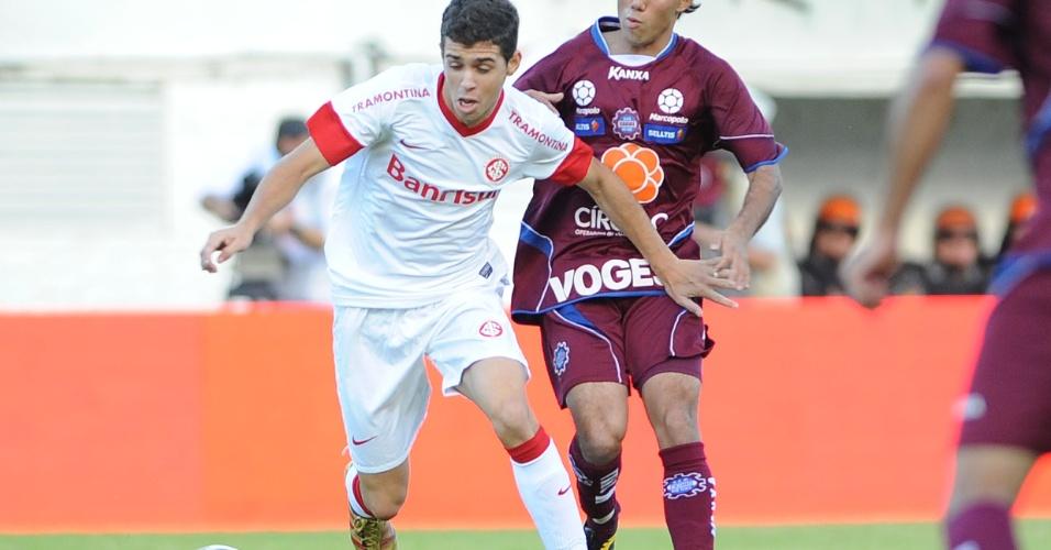 Oscar, de volta ao time do Inter, tenta vencer marcação do Caxias na final do Gauchão (06/05/12)