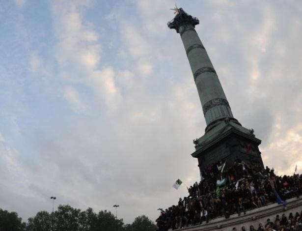 Partidários do presidente eleito François Hollande celebram a vitória do socialista na praça da Bastilha, em Paris, neste domingo (6). Hollande derrotou o atual presidente e candidato à reeleição Nicolas Sarkozy