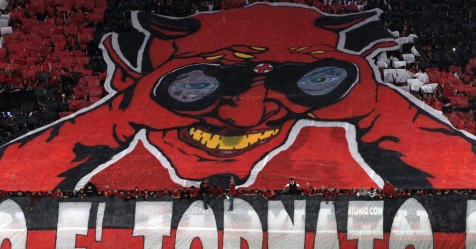 Torcida do Milan estende bandeira gigante antes do classico contra a Internazional, na penúltima rodada do Italiano