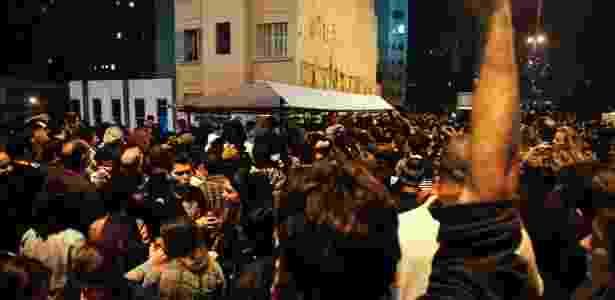 Tumulto para pegar as galinhadas de Alex Atala no Viaduto Presidente Costa e Silva, o Minhocão (6/5/12) - Leandro Moraes/UOL