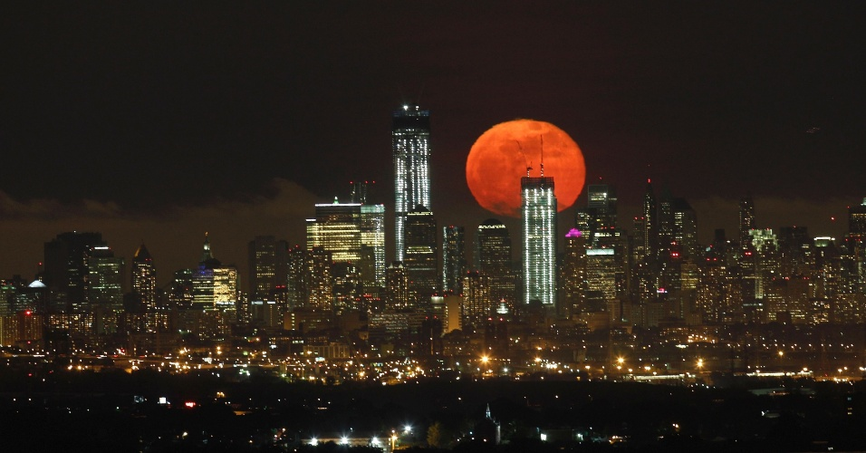 7.mai.2012 - Lua cheia aparece no horizonte de Manhattan, Nova York