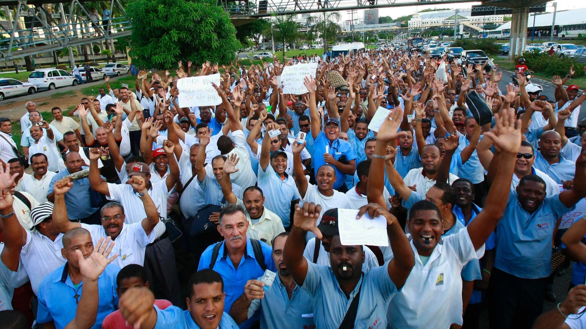 7.mai.2012 - Rodoviários baianos protestaram nas proximidades do shopping Iguatemi, em Salvador (BA), para reivindicar reajuste salarial de 30%