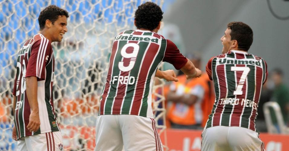 Ao lado de Jean e Fred, Thiago Neves dança em comemoração de gol do Flu (06/05/2012)
