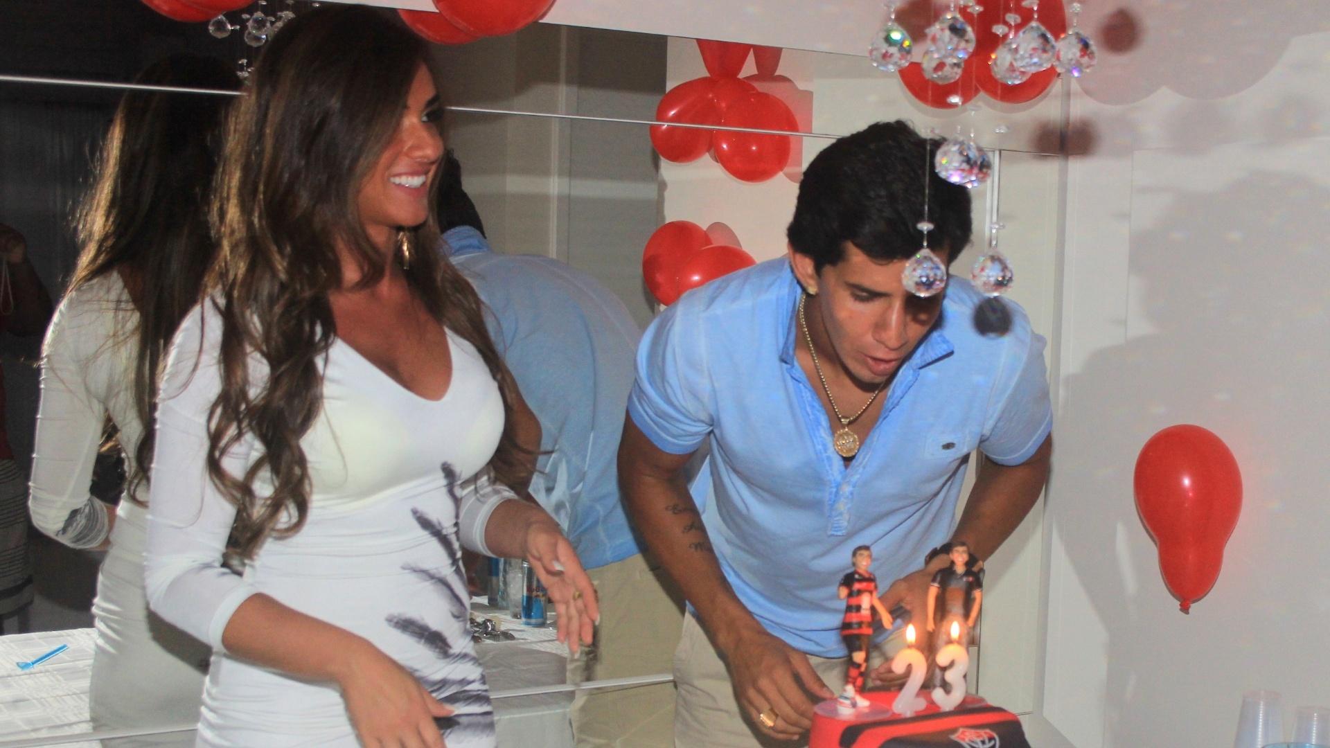 Ao lado de Nicole Bahls, Victor Ramos apaga as velinhas em sua festa de aniversário