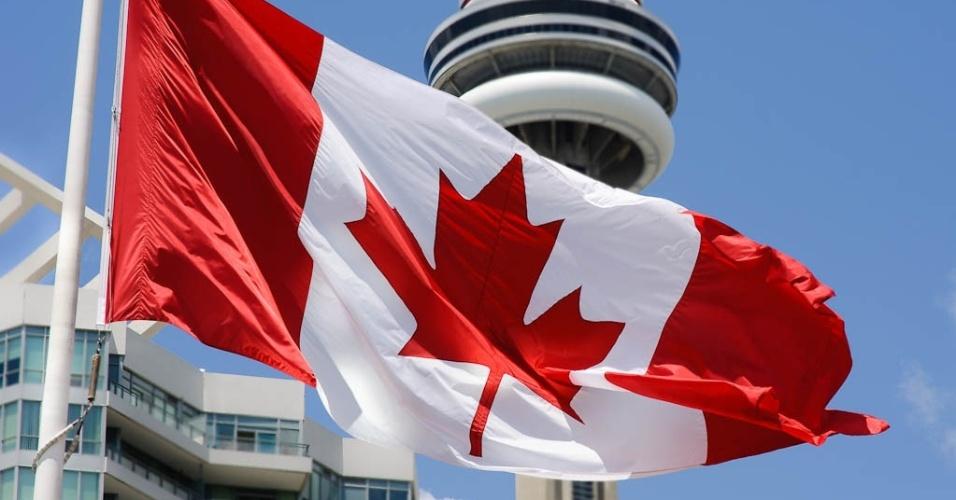 Bandeira do Canadá em frente ao Centro Harbourfront, em Toronto