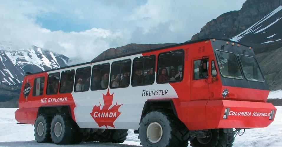 Ônibus do campo de gelo de Columbia, nas Montanhas Rochosas que ficam na província de Alberta