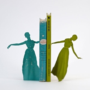 Fotografia de Thomas Allen mostra personagens saltando de páginas de livro  - Thomas Allen