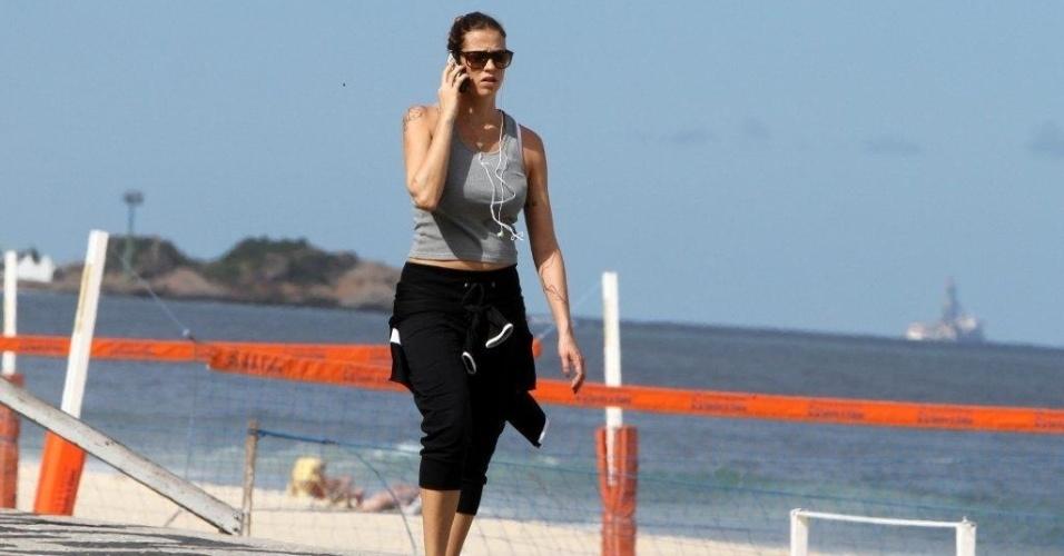Luana Piovani caminha pela orla da praia do Leblon, zona sul do Rio (7/5/12)