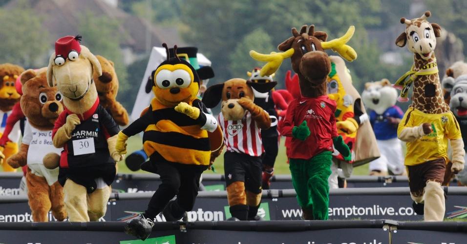 Mascotes participam de corrida beneficente na Inglaterra