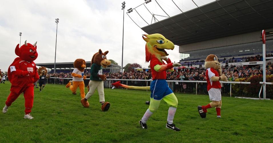 Mascotes participam de tradicional corrida beneficente na Inglaterra