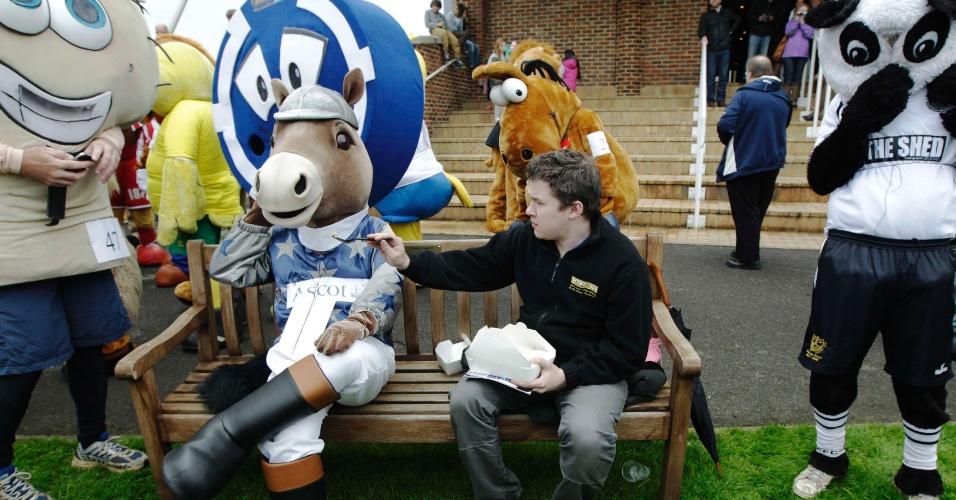 Mascotes se preparam antes de disputa de tradicional corrida beneficente na Inglaterra
