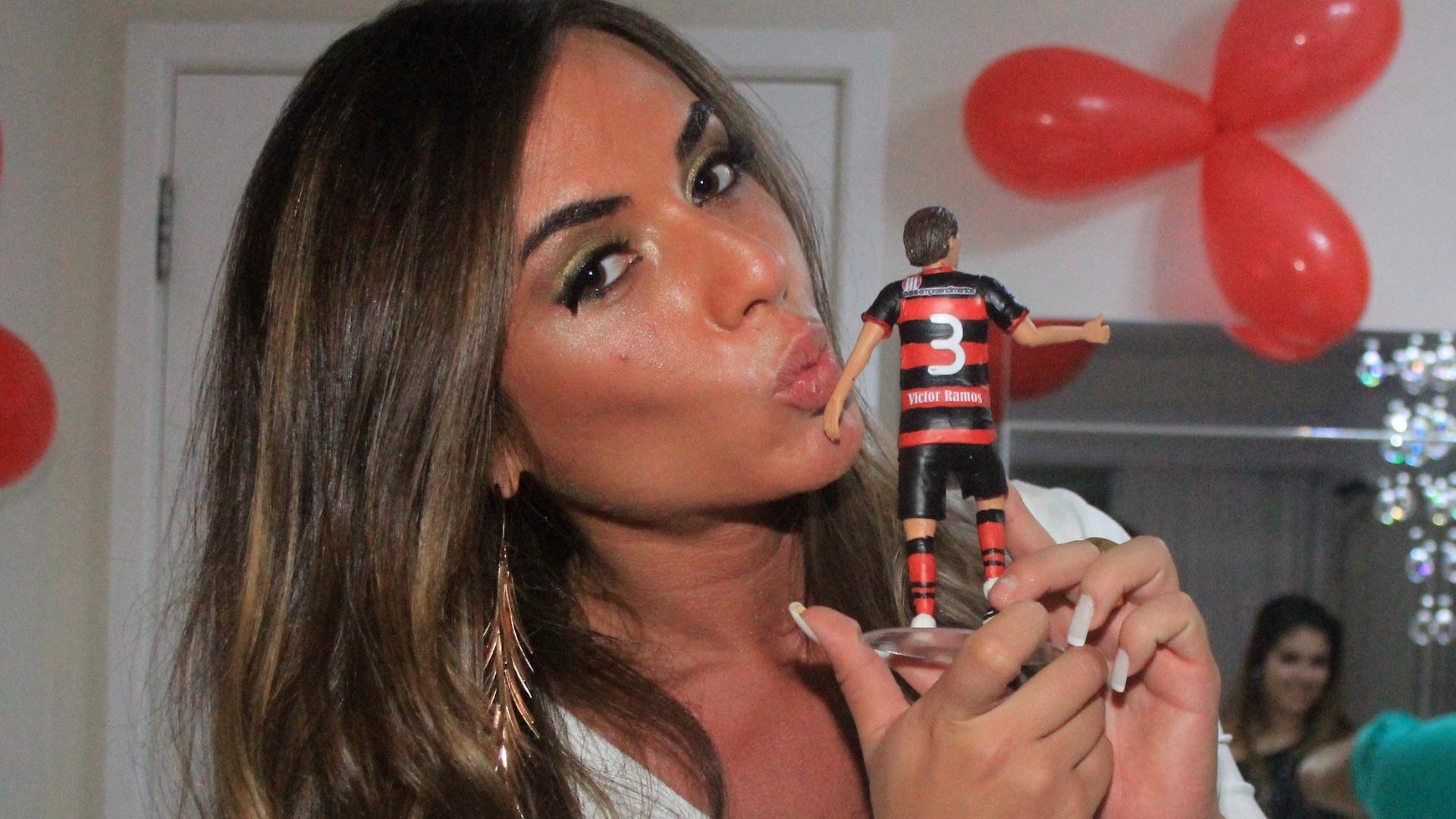 Nicole Balhs posa com miniatura de Victor Ramos durante aniversário do jogador do Vitória