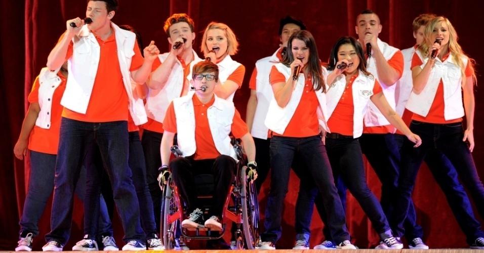 """O elenco da série """"Glee"""" durante apresentação do espetáculo """"Glee Live! In Concert!"""" em Los Angeles"""