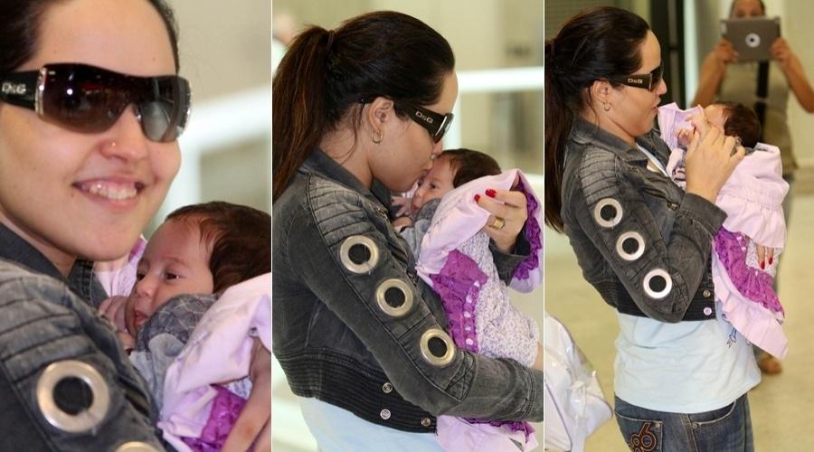 Perlla circula com a filha recém-nascida, Pérola, pelo aeroporto Santos Dumont, centro do Rio (7/5/12)
