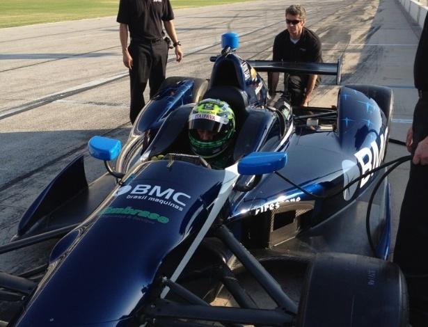 Tony Kanaan faz ajustes no carro de Rubens Barrichello antes do brasileiro testar em circuito oval no Texas