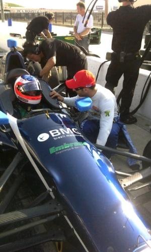 Tony Kanaan passa instruções para Rubens Barrichello no primeiro teste do veterano em ovais pela Indy